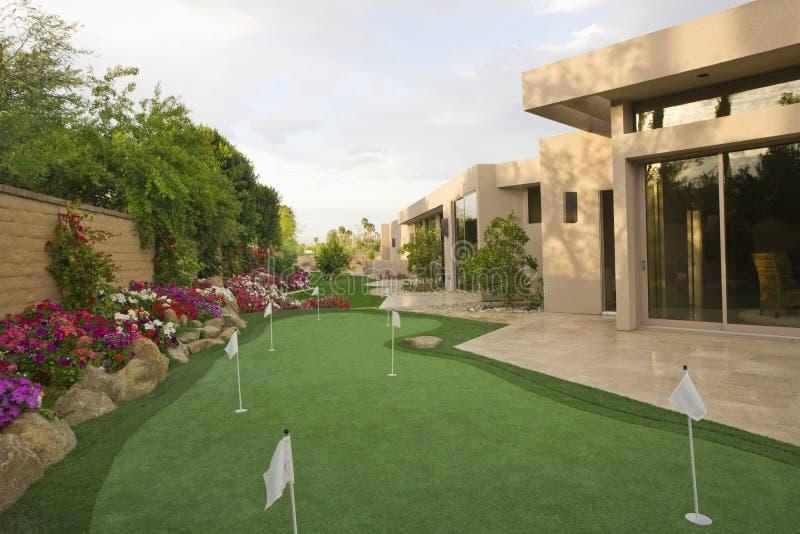 微型高尔夫球场在议院庭院里 库存照片