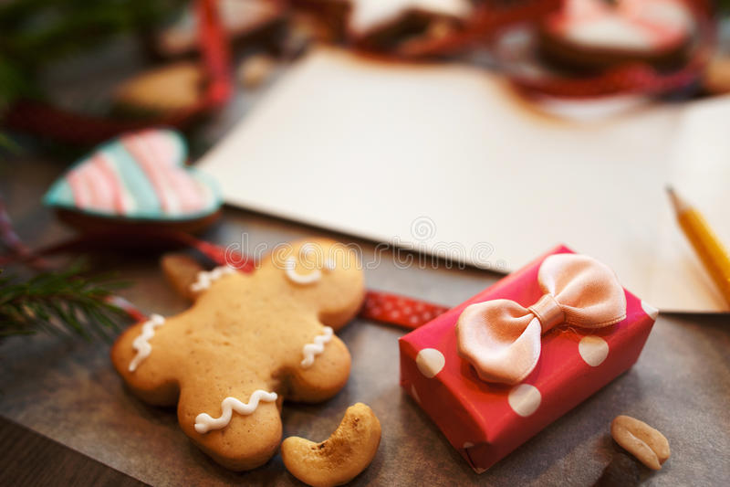 微小的礼物盒用姜饼曲奇饼和笔记 图库摄影