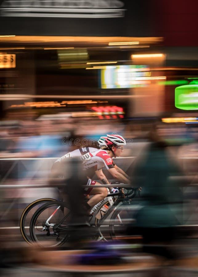 微明的两个骑自行车者种族 免版税图库摄影