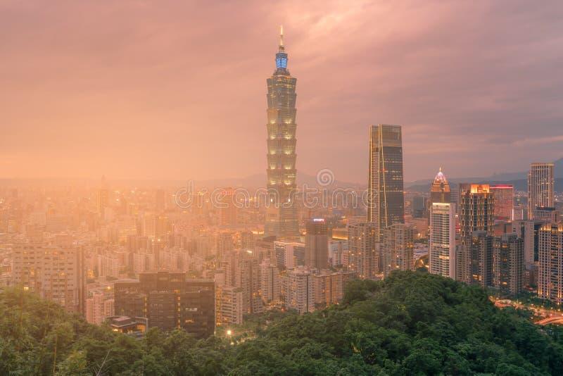 微明的台北101市中央企业街市 图库摄影