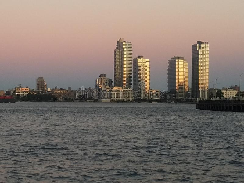 微明的威廉斯堡布鲁克林摩天大楼与在前景的East河 库存图片