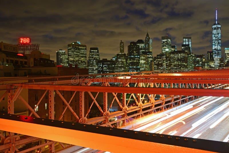 微明的布鲁克林大桥与下面剧烈的云彩和交通 免版税图库摄影