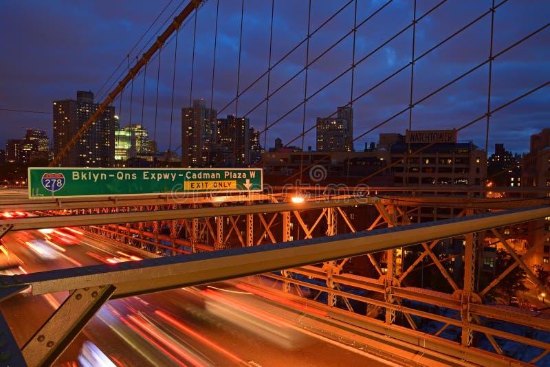 微明的布鲁克林大桥与剧烈的云彩 库存照片