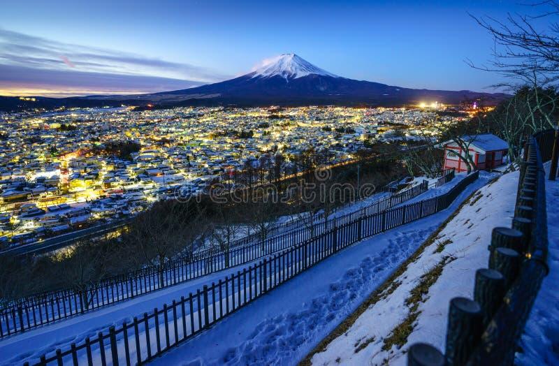 微明的Mt富士和吉田市城市,日本 图库摄影