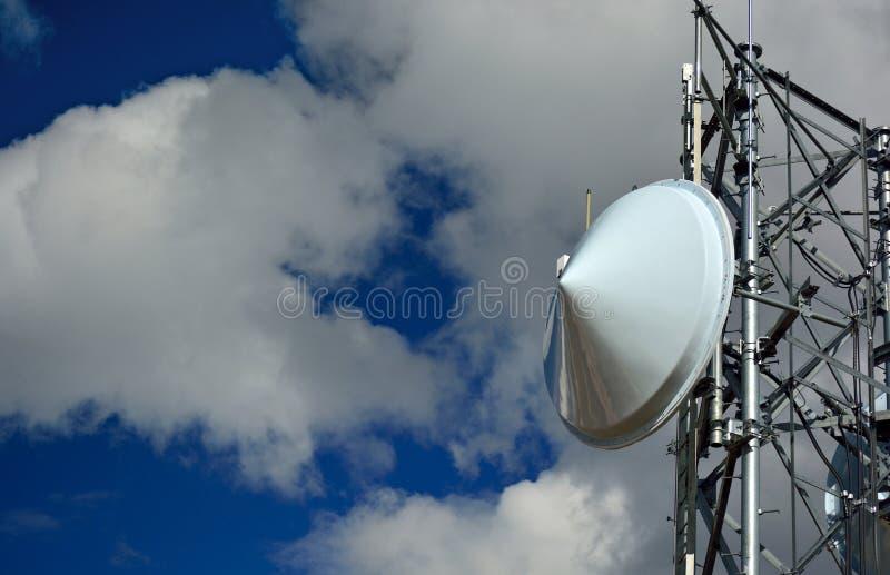 微波无线塔盘在一个晴朗的晴天 库存图片
