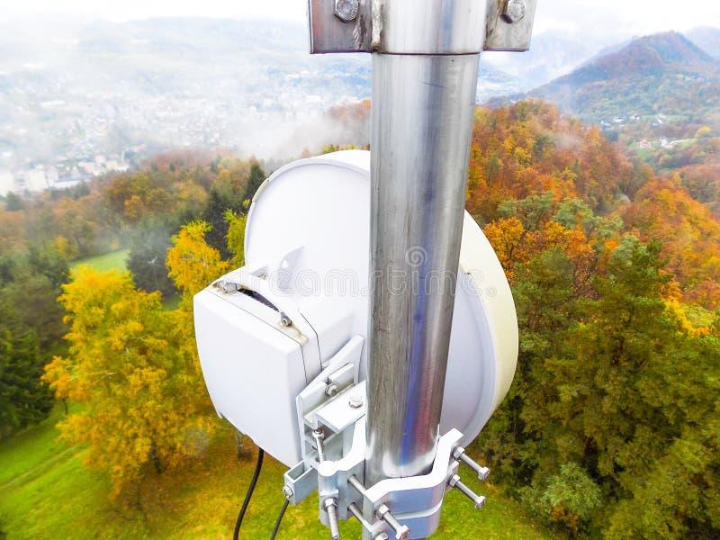 微波链路传输在电信多孔的网络金属塔的天线盘 库存图片
