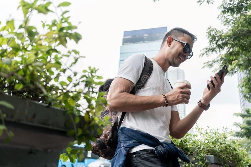 微笑一个年轻的人的画象,当曾经一手机durin时 库存照片