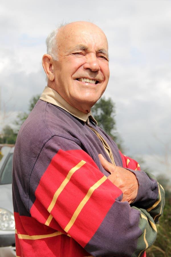 微笑一个年长的人在阳光下 免版税库存图片
