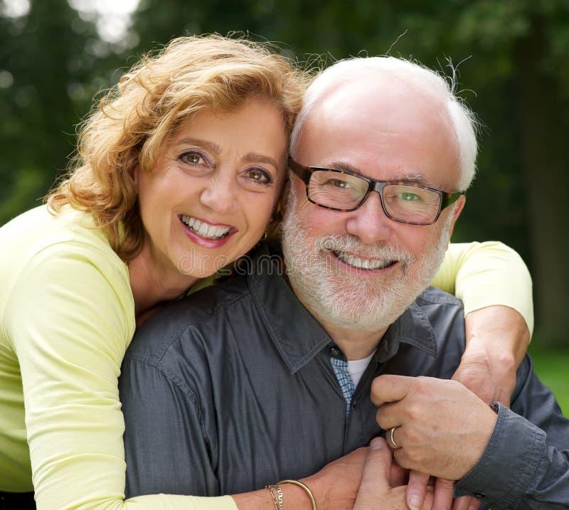 微笑一个愉快的丈夫和的妻子的画象户外 库存照片