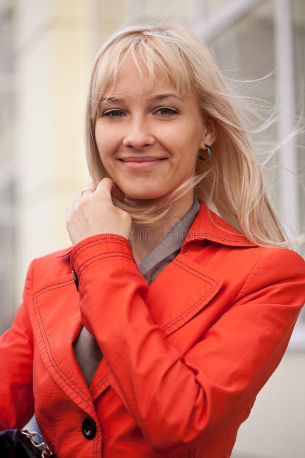 微笑一个美丽的白肤金发的少妇的图片户外 免版税库存照片