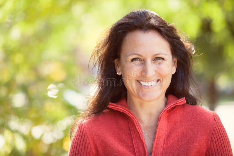 微笑一名俏丽的妇女的特写镜头外面 免版税库存图片