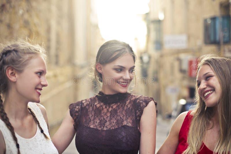 微笑三名妇女 免版税库存图片