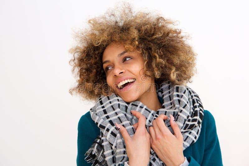 微笑与冬天外套的美丽的非裔美国人的妇女反对白色背景 库存照片