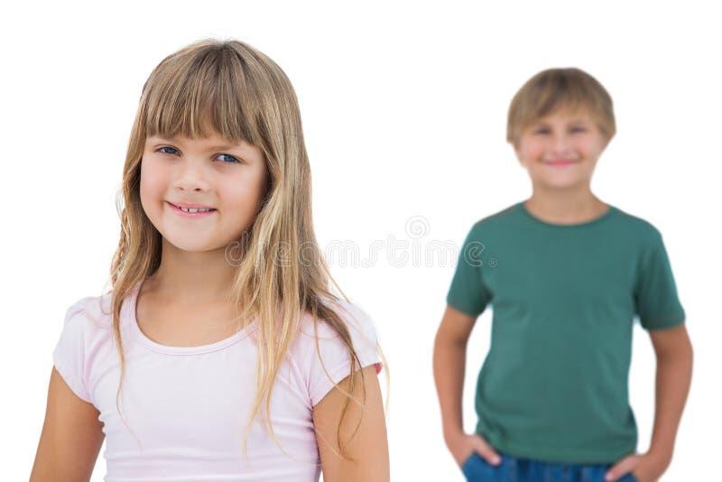 微笑与在她后的男孩的女孩 图库摄影