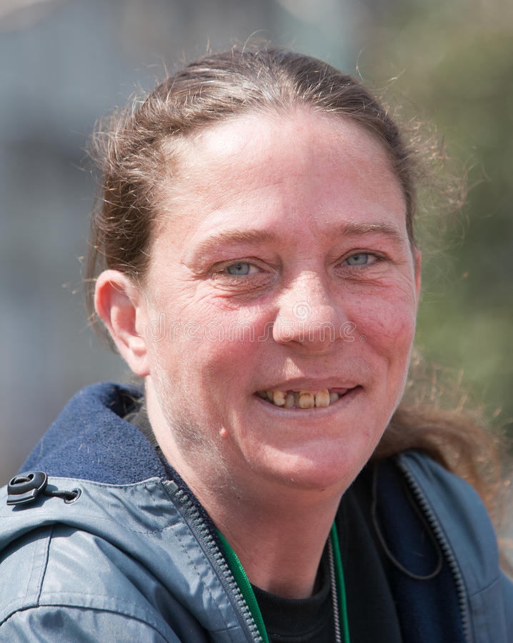 有坏牙的无家可归的妇女 免版税库存照片
