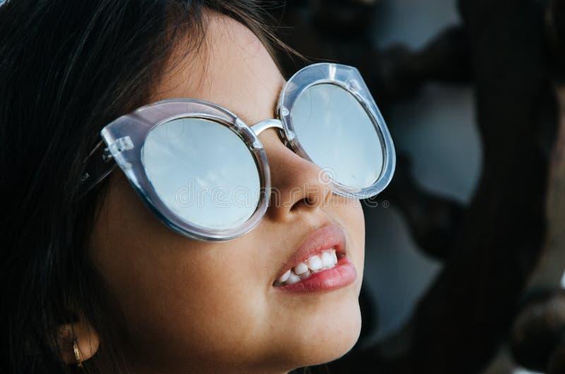 微笑与太阳镜的逗人喜爱的小女孩 图库摄影
