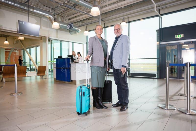 微笑与接待员的资深企业夫妇工作在空气 免版税库存图片