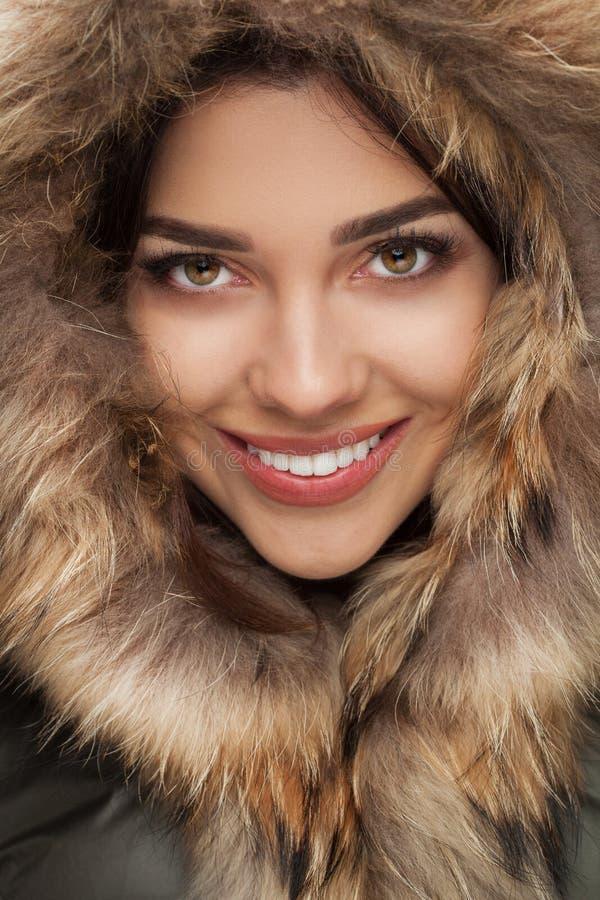 微笑与毛皮敞篷的愉快的美丽的妇女特写镜头  库存照片