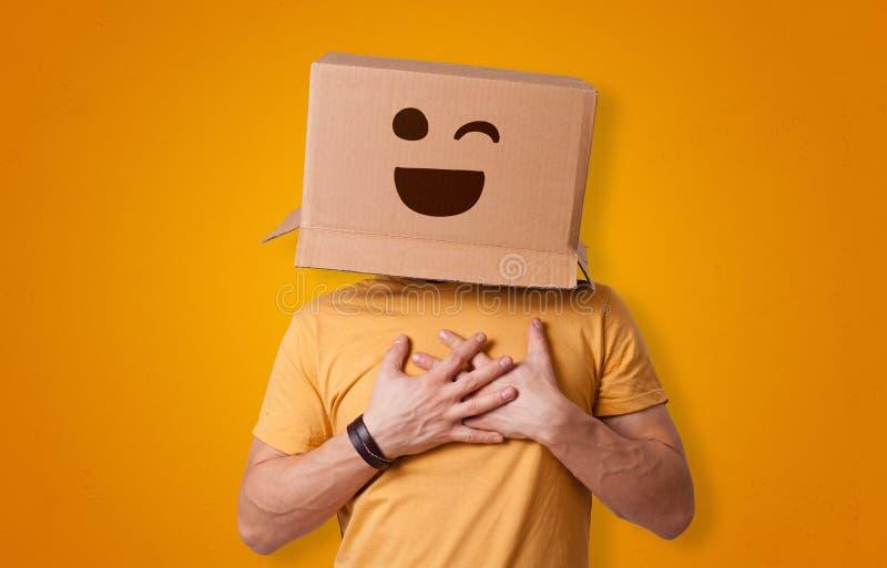 微笑与纸板箱头的滑稽的人 免版税库存图片