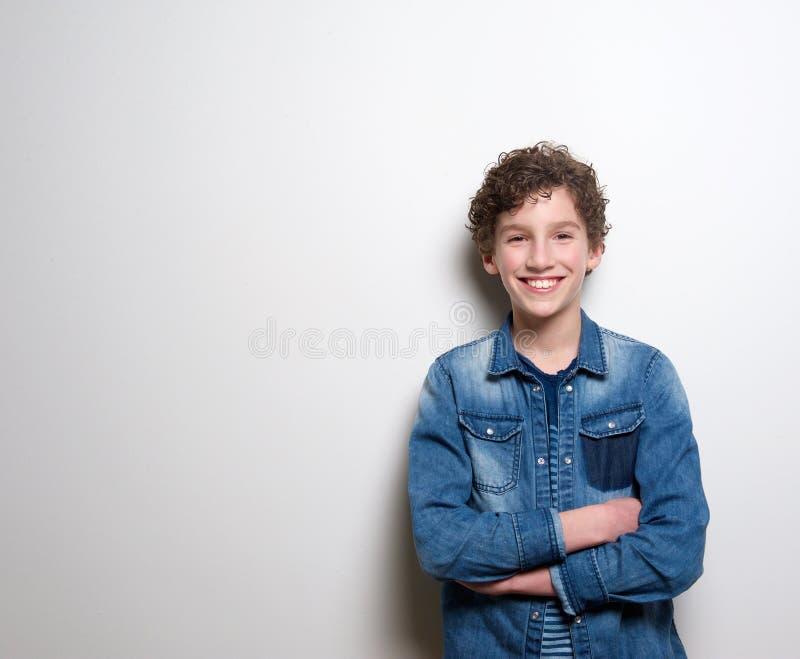 微笑与胳膊的快乐的小男孩横渡 免版税库存图片