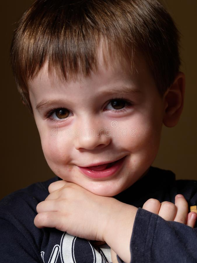 微笑与自然光的五岁的孩子画象 库存图片