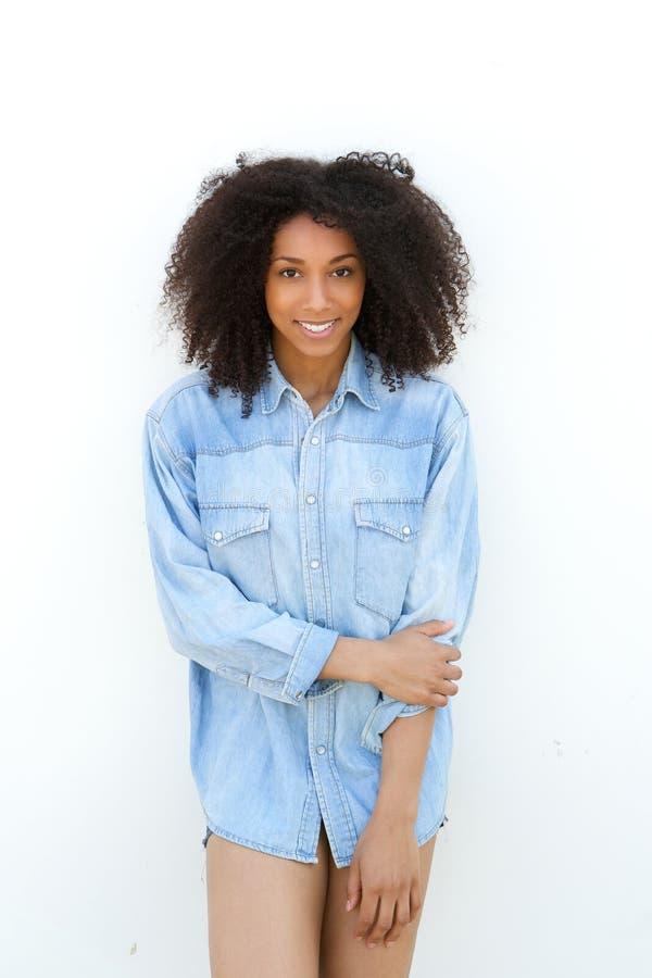 微笑与蓝色衬衣的年轻非裔美国人的妇女 免版税库存图片