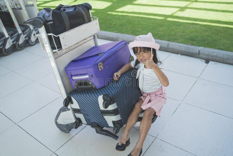 微笑与赞许的女孩坐台车 免版税库存图片