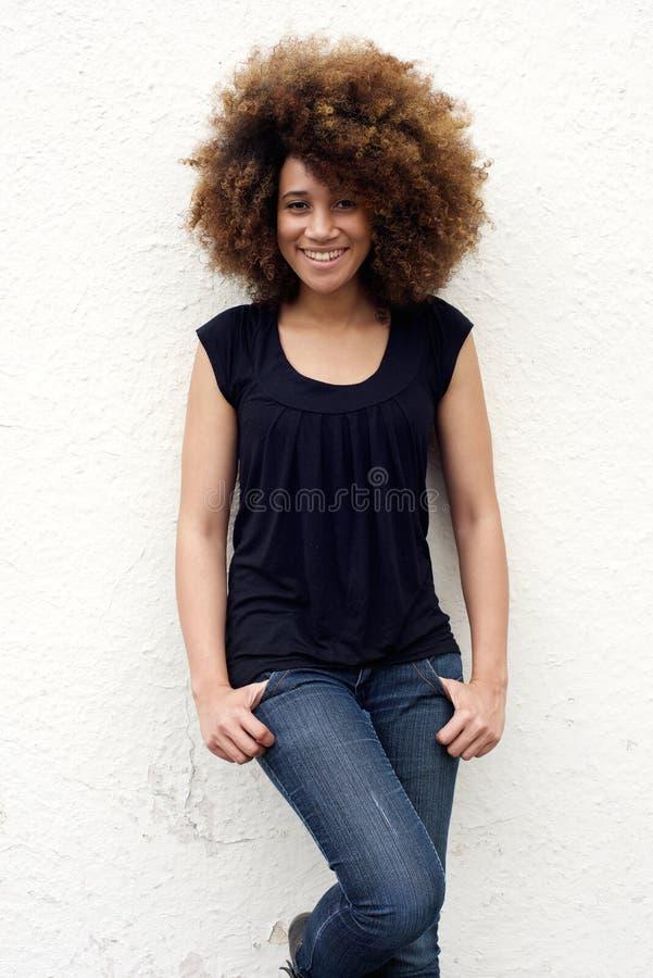 微笑与非洲的头发的年轻非裔美国人的妇女 图库摄影