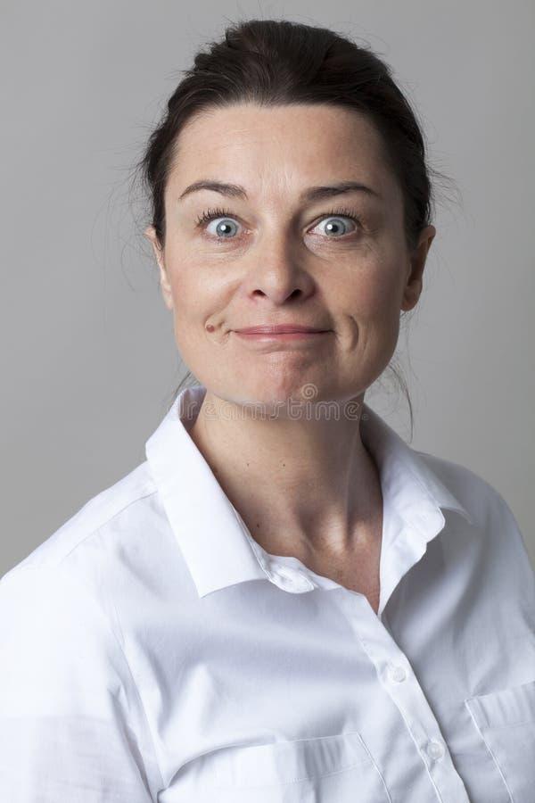 微笑与高雅的欢悦聪明的成熟妇女画象  免版税库存图片