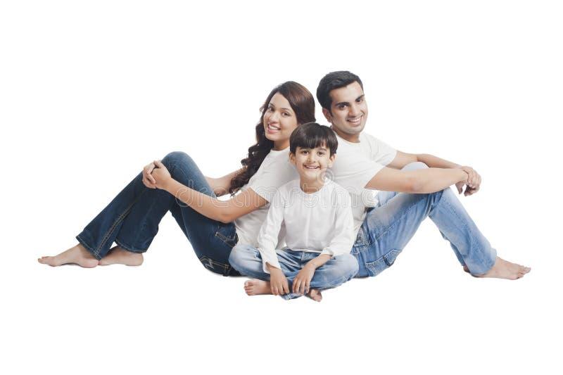 微笑与他们的儿子的夫妇 免版税库存图片
