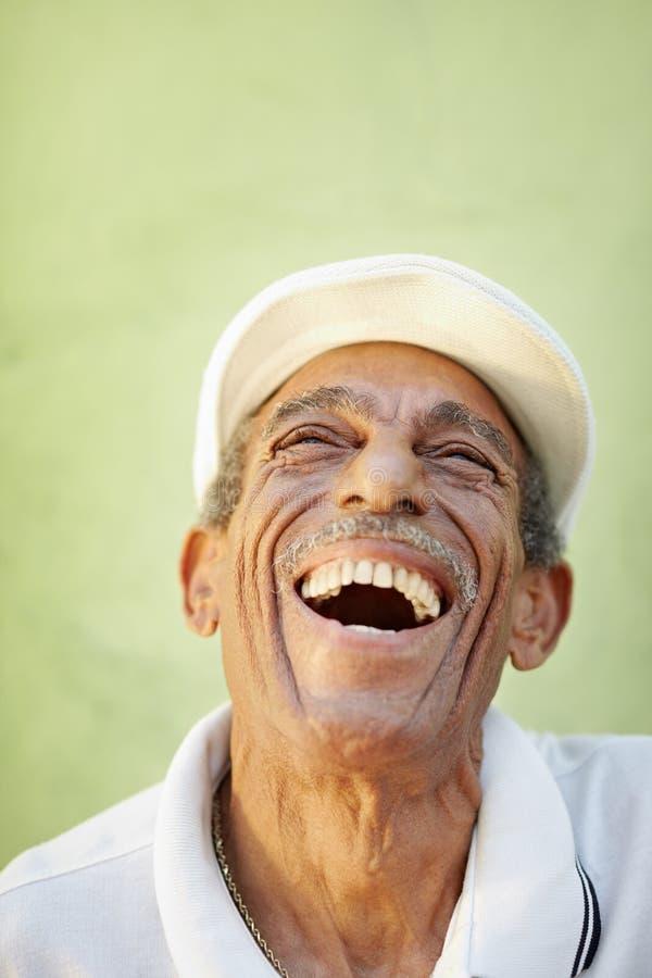 微笑为喜悦的变老的拉丁美州的人 图库摄影