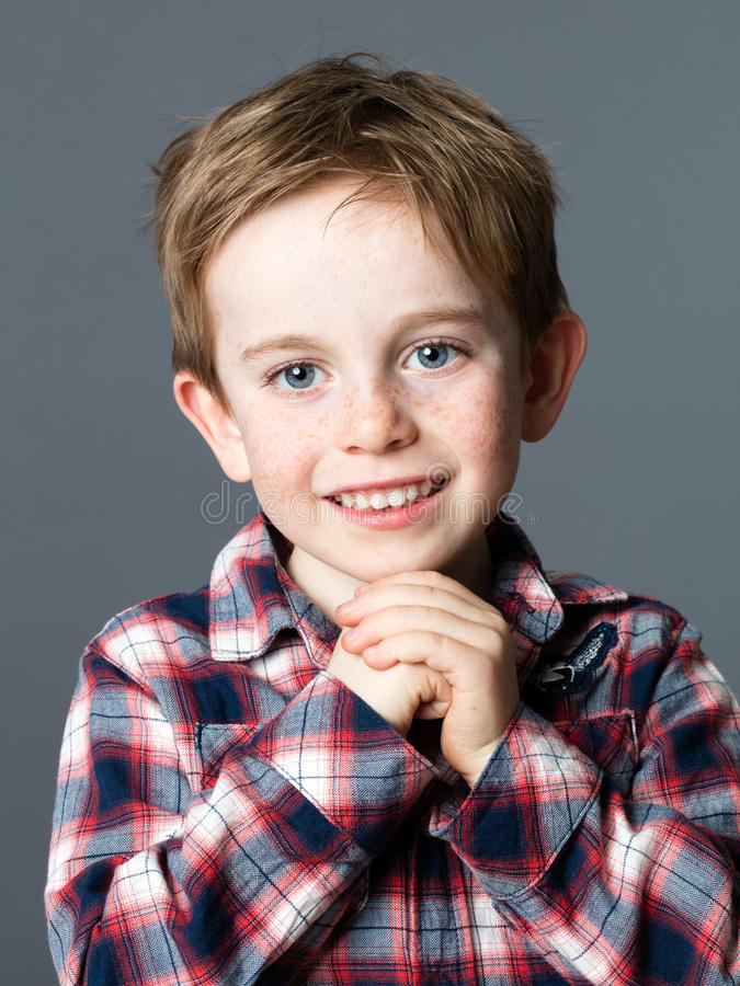 微笑为甜童年的一个逗人喜爱的学龄前儿童的画象 图库摄影