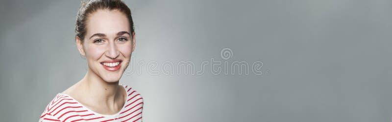 微笑为自然皮肤发光,拷贝空间的可爱的少妇 免版税库存图片