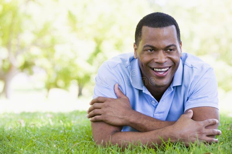 微笑位于的人户外 免版税库存图片