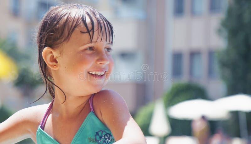 微笑作为孩子的幸福的最大的显示 小孩女孩画象在游泳以后的 库存照片