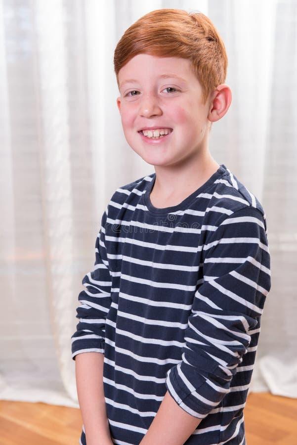 微笑入照相机的Portriat小男孩 免版税库存图片