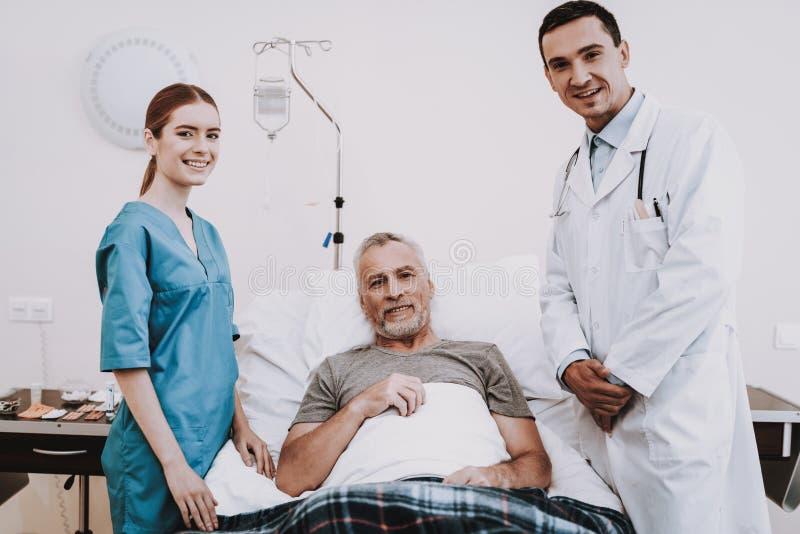 微笑医生和护士和Patiend在医院 库存照片
