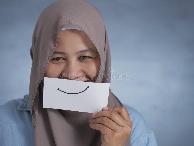 微笑卡的穆斯林女子 免版税库存照片