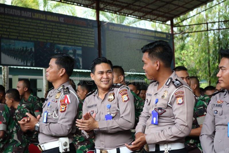 微笑印度尼西亚警察 图库摄影