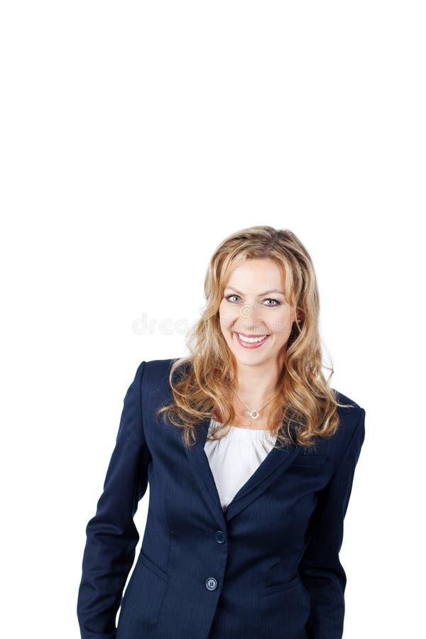 微笑反对白色背景的美丽的女实业家 免版税库存图片