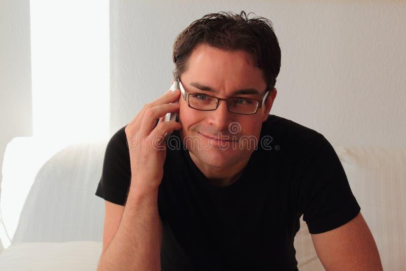 微笑可爱和轻松的人,当电话时 免版税库存图片