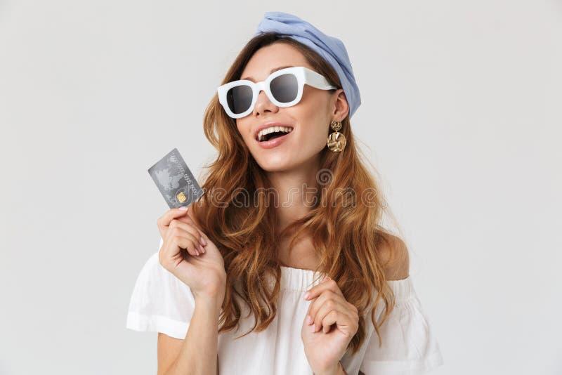 微笑可爱的激动的妇女20s佩带的太阳镜照片和 免版税库存图片