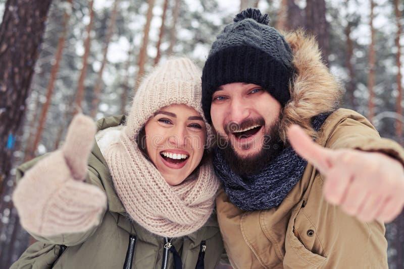 微笑和举行赞许的激动的白种人夫妇打手势 免版税图库摄影
