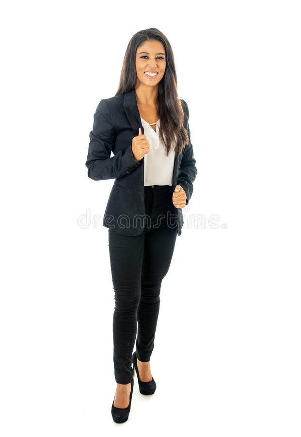 微笑和做赞许标志身分被隔绝的一名美丽的拉丁女实业家的全长画象在白色背景 免版税图库摄影