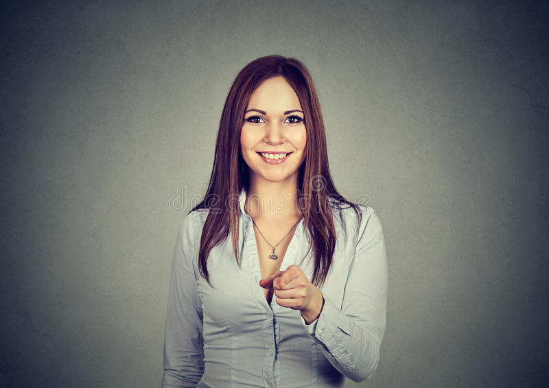 微笑和指向照相机的妇女的画象 库存照片