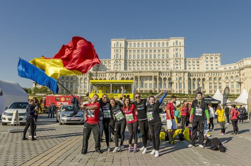 微笑和挥动罗马尼亚旗子的小组 库存图片