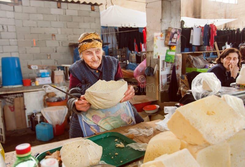 微笑和换在英王乔治一世至三世时期农村市场上的资深妇女自创乳酪 免版税图库摄影