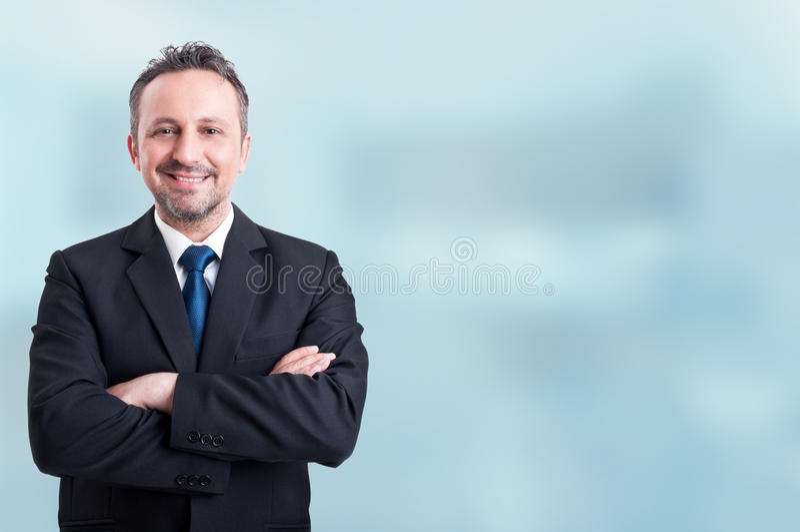 微笑和握胳膊的确信的商人横渡 免版税库存图片