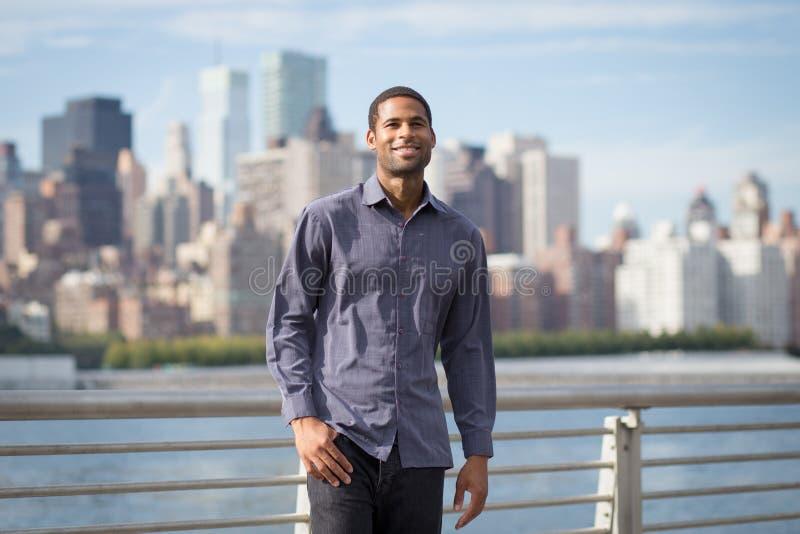 微笑和看乐观主义者的年轻英俊的非裔美国人的人 库存照片
