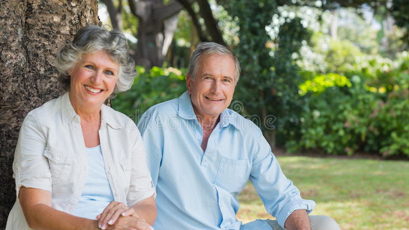 微笑和看照相机的愉快的成熟夫妇 库存照片